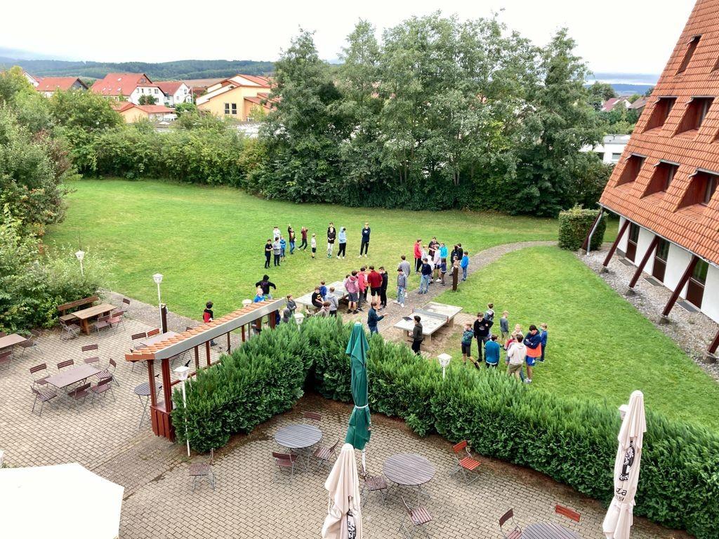 Die Sänger erkunden das Außengelände des Jugendgästehauses Duderstadt.